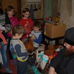 Многодетным семьям привезли из Лавры необходимые вещи