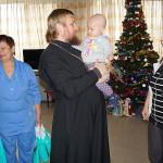 C Рождеством Христовым детей – пациентов онкоцентра поздравили братия соцотдела Лавры