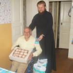 Людям с ограниченными возможностями в передвижении помогли братия социального отдела