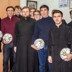 Почитатели футбола получили мячи с автографом от В. Ващука в соцотделе Лавры