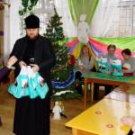 Детей в киевской библиотеке поздравили с праздниками братия соцотдела