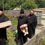 Братия соцотдела Лавры оказали помощь многодетным семьям Макаровского района