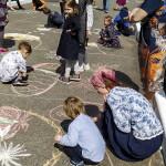 Ученики художественной школы украсили дорогу в Лавре своими рисунками на асфальте
