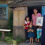 Братия соцотдела навестили многодетные семьи