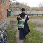 Братия Лавры посетили многодетные семьи Киевской области