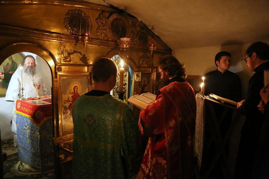Наместник Лавры возглавил ночное богослужение в Ближних пещерах