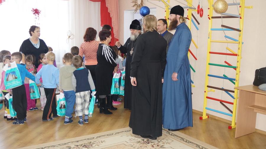 Священнослужители Лавры поздравили дошколят с великими православными праздниками