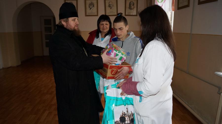 У детей из детского дома и больницы побывали с гостинцами насельники Лавры