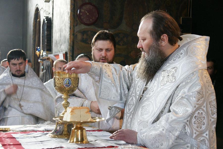 В Лазареву субботу архиепископ Павел совершил Божественную Литургию в Трапезном храме
