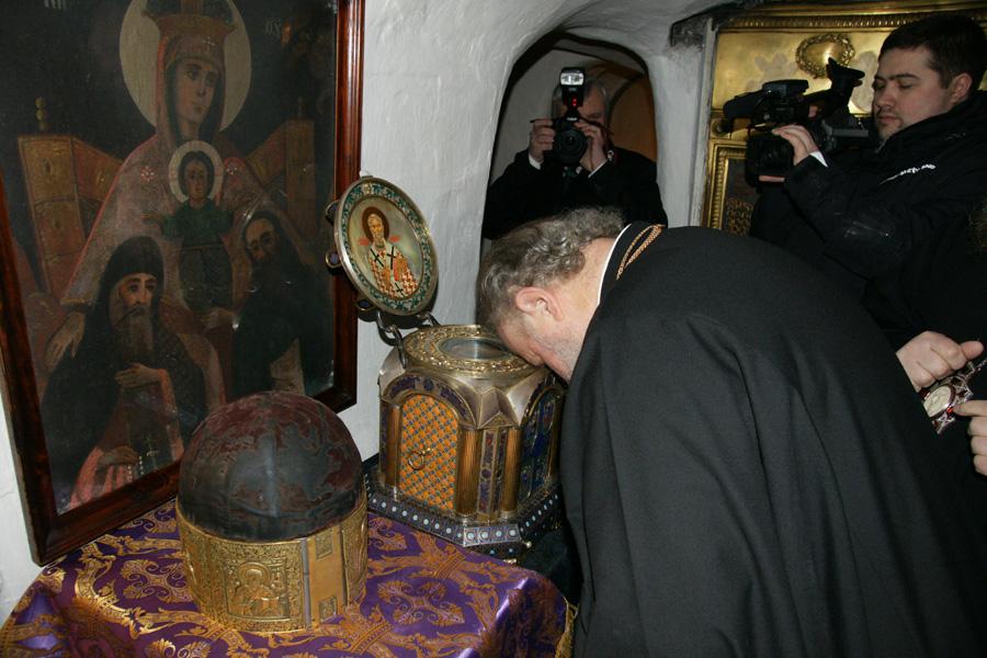 Святейший Патриарх Кирилл поклонился мощам преподобных отцев Печерских