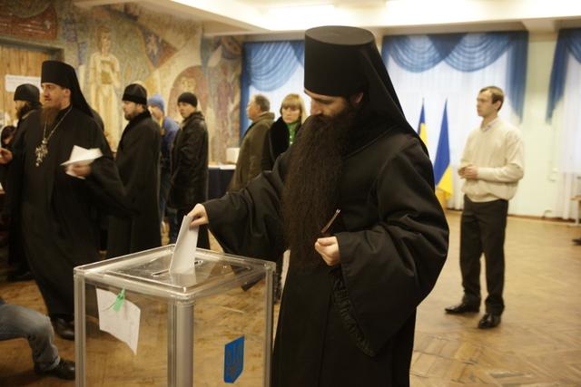 Лаврские монахи исполнили свой гражданский долг
